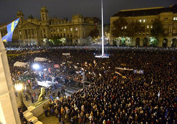Dulakodásba torkollt a hétfői budapesti demonstráció, melyet a Nem némulunk el elnevezésű csoport szervezett, és a közfelháborodás napjának kereszteltek el. A Kossuth téren már kora este nagy tömeg gyűlt össze, az elhangzott beszédek után pedig többen lebontották a parlament elé emelt kordont, majd órákig néztek farkasszemet a rendőrökkel. Több más városban is demonstráltak a kormány politikája, többek közt az új költségvetés, a jövő évi adótörvények és az adóhivatal vezetője, az USA-ból korrupció-gyanú miatt kitiltott Vida Ildikó ellen. Nemcsak Magyarországon, de számos európai nagyvárosban is összegyűltek a helyi magyarok, hogy szolidaritásukat fejezzék ki az itthon demonstrálókkal. A londoni tüntetésről készült képeinket itt nézheted meg.