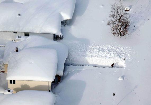 Szokatlanul erőteljesen köszöntött be a tél az Egyesült Államokban. Az USA keleti partjának egyes részein szükségállapot van érvényben az erős havazás és a rendkívüli hideg miatt. A Nagy-tavak vidékén helyenként méteres hó esett, épületeke kellett kiüríteni, mert kétséges, elbírják-e a hó súlyát. Eddig legkevesebb tíz ember vesztette életét az extrém időjárásban, többen halálra fagytak, de olyan is akadt, aki hólapátolás közben szívrohamot kapott.