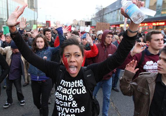 Rengetegen mennek utcára már napok óta folyamatosan az Egyesült Államokban, miután kiderült, Missouri állam nagyesküdtszéke nem emel vádat az ellen a rendőr ellen, aki augusztus elején agyonlőtte a fegyvertelen 18 éves Michael Brownt Fergusonban. Sokak szerint a rendőr azért lőtte le Brownt, mert az fekete volt, és faji előítéleteket láttak abban is, hogy a ravaszt elsütő fehér bőrű rendőr ellen végül nem emeltek vádat. A tüntetők Fergusonban majdhogynem naponta összecsapnak a rendőrökkel, de szinte minden nagyobb amerikai városban is szerveznek tüntetéseket. Los Angelesben például 130 embert vettek őrizetbe.