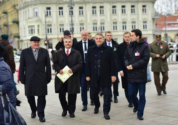 Kínos helyzetbe hozta magát Orbán Viktor, miután a hírek szerint úgy érkezett Litvániába egy katonai szemle apropóján, hogy a vilniusi kormánytól nem kapott meghívást. Az Atv.hu helyi lapokra hivatkozva azt írta, a magyar miniszterelnököt hűvösen fogadták a balti országban, ahol arcátlanságként értékelték azt, hogy a szemlére nem a hadsereg vezetője, hanem a miniszterelnök érkezett, ezért Orbánt nem is fogadták a kormány részéről. Orbán egyébként a NATO-program kapcsán Litvániában tartózkodó magyar honvédelmi egységet látogatta meg.