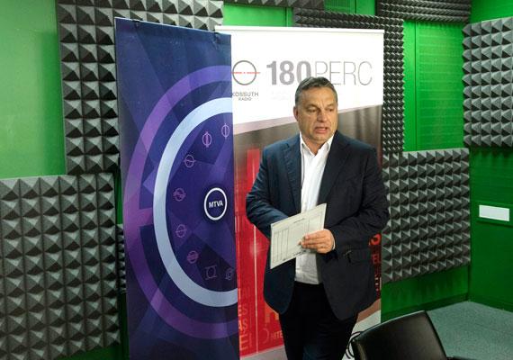 """""""Tartsunk ki amellett, hogy vasárnap senkit sem lehet dolgoztatni, a kereskedelemben lehet ezt a legkönnyebben megoldani"""" - mondta Orbán Viktor pénteken a Kossuth Rádió 180 perc című műsorában. A kormányfőt a riporter emlékeztette korábbi szavaira, miszerint ha majd öt napi munkából meg lehet élni Magyarországon, akkor lehet majd kötelező vasárnapi zárva tartás. Most tehát úgy tűnik, Orbán szerint hat nap munkából meg lehet élni. A hét elején Rogán Antal Fidesz-frakcióvezető is támogatásáról biztosította a kötelező vasárnapi zárás KDNP-s felvetését, így szinte biztos, hogy törvény születik belőle, már csak a részletek kérdésesek. Azok körül pedig még elég nagy a bizonytalanság. Csütörtökön például Lázár János is módosító indítványt nyújtott be a törvényhez, amely a trafikok zárva tartását is elrendelné vasárnaponként."""