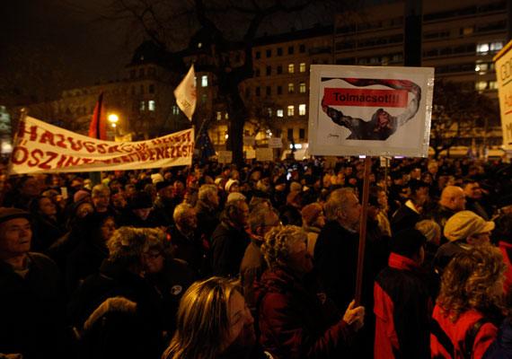 Hétfőn forgalomlassító demonstrációt tartott a Liga és más szakszervezetek az Új Munkatörvénykönyve, a sztrájkjog, a cafeteria adójának emelése és a korkedvezményes nyugdíj megszüntetése ellen. A dohányipari dolgozók az Erzsébet híd és a Lánchíd közti szakaszon zárták le a rakpart egy részét. Ők az integrált dohány-kiskereskedelmi ellátó felállítása ellen tiltakoztak, ami szerintük több ezer munkavállaló állását veszélyezteti. Kedd este több ezren vonultak a NAV székházához, ahol Vida Ildikó elnök eltávolítását követelték, a Kossuth téren pedig a kormány távozását. A demonstráció végén a civil tüntetők és a rendőrök dulakodni kezdtek a Parlament lépcsőjén, két tüntető pedig könnyebb sérüléseket szerzett.