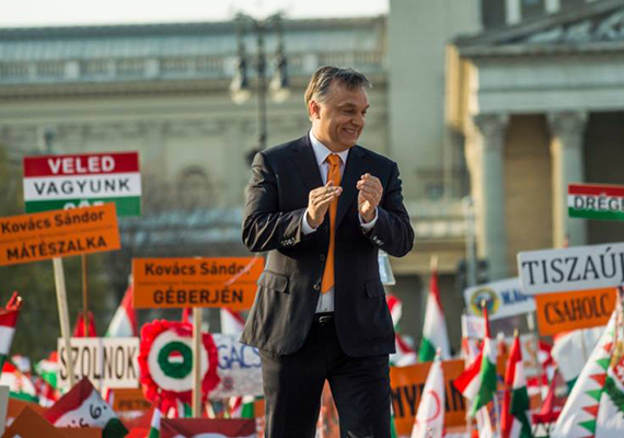 A Civil Összefogás Fórum békemenetének résztvevői a Hősök terénél csatlakoztak a Fidesz szombat délutáni nagygyűléséhez, ahol beszédet mondott Orbán Viktor miniszterelnök.