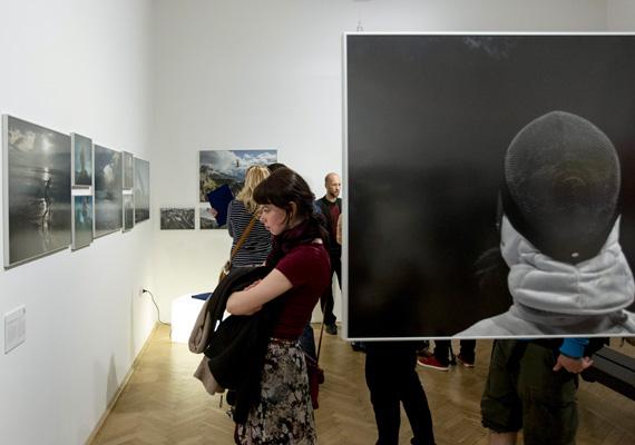 Érdeklődők tekintik meg a 32. Magyar Sajtófotó Kiállítást az ünnepélyes megnyitó után a Robert Capa Kortárs Fotográfiai Központban 2014. március 27-én. Az MTI/MTVA fotósai tíz díjat nyertek a Magyar Újságírók Országos Szövetségének pályázatán, amelyre 310 szerző 3810 pályaművel pályázott.