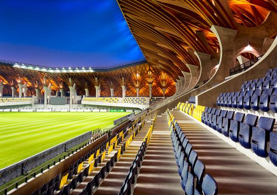 Elkészült a felcsúti stadion, amit hétfőtől már lehet is látogatni. A komplexum megépítése 3,8 milliárd forintba került.