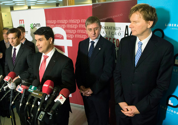 Az ellenzék a héten megegyezett a közös lista indításáról, aminek az elején Mesterházy Attila, Bajnai Gordon, Gyurcsány Ferenc, Fodor Gábor és Szabó Tímea áll. A lista 60 fős, amiből az Együtt-PM kilenc, a Demokratikus Koalíció hat, a Magyar Liberális Párt három és az MSZP 42 helyet kapott.