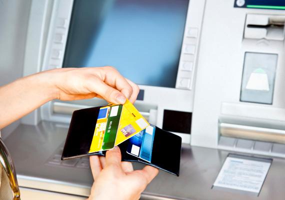 Roham továbbra sincs, de az MTI által megkérdezett bankok ügyfeleinek közel 40%-a már igényelte a kétszeri ingyenes készpénzfelvételi jogosultságot bankjánál. Aki már februárban élni szeretne a lehetőséggel, annak jövő hétfőig kell ezt jeleznie a bankfiókban vagy a pénzintézet internetes felületén. A január 20. után benyújtott igénylésekre már csak márciustól biztosítja a lehetőséget a pénzintézet.