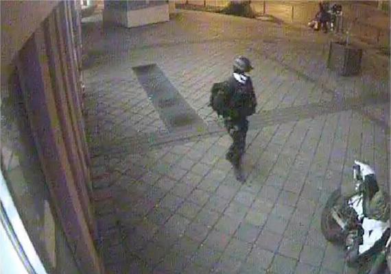 A police.hu január 16-án tette közzé a biztonsági kamera felvételét a hajnali robbantás gyanúsítottjáról. A Készenléti Rendőrség Nemzeti Nyomozó Iroda 135 fős nyomozócsoportja folytatja a január 13-án hajnalban történt bűncselekmény felderítését.