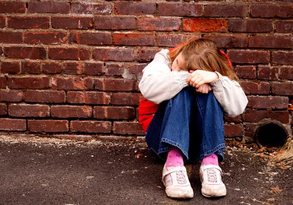 Egy tápiószelei férfi súlyosan bántalmazta kétéves nevelt lányát, aminek következtében a kislány belehalt a sérülésekbe. A férfit a Budakörnyéki Járásbíróság január 16-án, csütörtökön előzetes letartóztatásba helyezte. A nyomozati iratok szerint a 38 éves B. Béla a múlt szerdán tápiószelei otthonukban nagy erővel fejbe verte kétéves nevelt lányát, a gyermek életveszélyes állapotban került kórházba, és két nap múlva meghalt. A kép illusztráció.
