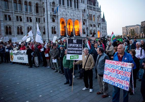 Egy oldalon tüntetett az MSZP, az LMP, a PM és a Jobbik. Az ellenzéki pártokat a kormány azon terve hozta össze, amely szerint februárig eladnák az összes állami kézben lévő földet. Az ellenzék szerint Fidesz-közeli földbérlők járnának jól, és végleg föld nélkül maradnának a kevésbé tehetős gazdálkodók. Hogy valójában mit tervez a kormány, arról részletesebben itt írtunk.