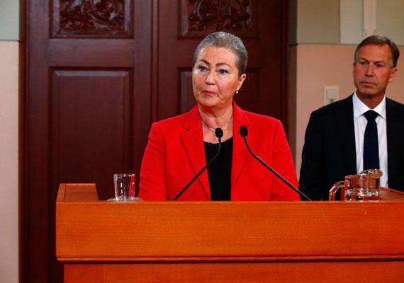A Tunéziai Nemzeti Párbeszéd Kvartett nyerte el idén a Nobel-békedíjat. A szervezetet a 2011-es forradalom utáni demokratikus átmenetben játszott szerepéért jutalmazták Oslóban. A szervezet 2013-ban jött létre, és polgárháború széléről sikerült segítségükkel visszarántani az országot. A díjra az előzetes várakozások szerint esélyes volt Ferenc pápa és Angela Merkel német kancellár is. A képen Kaci Kullmann Five, a norvég Nobel-békedíj Bizottság elnöke épp megteszi a nagy bejelentést.