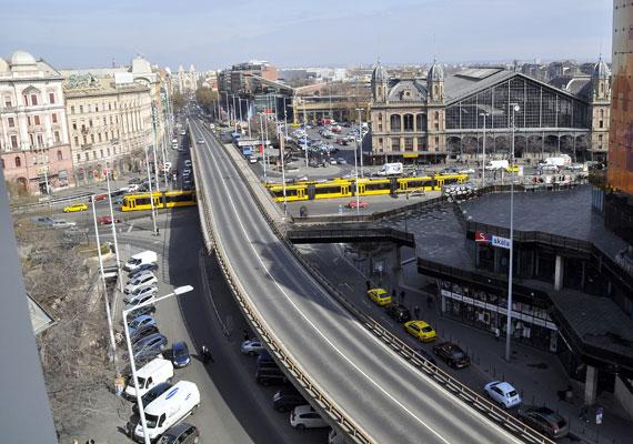 Nemrég adták át a felújított Nyugati teret, azonban hamarosan ismét munkálatok nehezítik a közlekedést Budapest egyik legforgalmasabb belvárosi csomópontján. Bár korábban felmerült, hogy a Bajcsy-Zsilinszky útra tervezett villamossínek miatt elbonthatják a téren áthaladó felüljárót, most kiderült, erre nincs szükség, így viszont fel kell újítani azt. A villamos sorsa azóta bizonytalanná vált, a felüljáró viszont biztosan marad - írja az Index. A dugók már most borítékolhatóak.