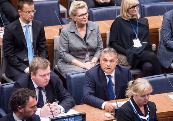 """Bár a világ inkább Obama és Putyin harcára figyelt az ENSZ-közgyűlésen, Orbán Viktor is feltűnő dolgokat mondott. Orbán legfontosabb mondanivalója az volt, hogy Európa nem tud mit kezdeni a migránsok tömegével, ezért az egész világnak ki kell venni a részét a helyzet kezeléséből. Meglepő volt ugyanakkor, hogy azt is mondta: """"szívből együttérzünk azokkal, akik úgy döntöttek, elhagyják az otthonaikat"""", ez a megértő retorika ugyanis eddig nem volt jellemző a kormányfőre. Sőt, a muszlimellenes érzelmek terjedésének meggátolására is felszólított."""