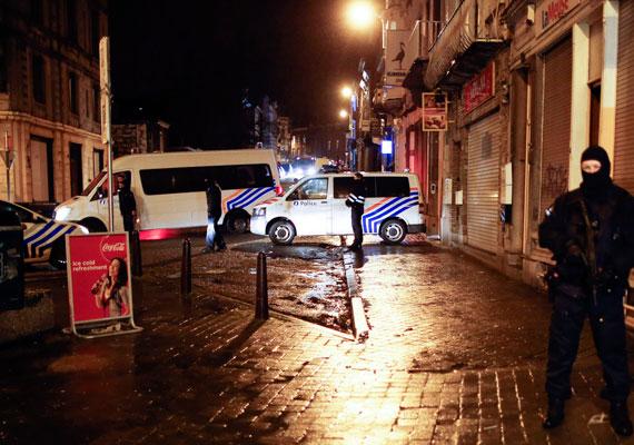 Belgiumban csütörtökön 13 embert tartóztattak le egy nagyszabású terrorellenes akcióban. Az eljárás során két gyanúsított meghalt. A belga hatóságok szerint egy, a párizsihoz hasonló merényletre készülhettek az elfogott személyek. Párizsban 12 embert tartóztattak le csütörtök éjjel, akikről azt gyanítja a rendőrség, hogy segítettek a Charlie Hebdo szerkesztősége elleni merénylet elkövetőinek.