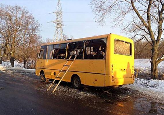 Tíz ember életét vesztette, 13 pedig megsérült, amikor tüzérségi lövedék talált el egy buszt Ukrajna keleti részén. A Donyecktől délre található Volnovaha városnál egy, az ukrán hadsereg által felállított ellenőrzőpontnál történt a tragédia, a busz pedig civileket szállított. A hazánkkal szomszédos ország keleti részén kilenc hónapja tartanak az összecsapások az ukrán haderő és az Oroszország által támogatott felkelők között.