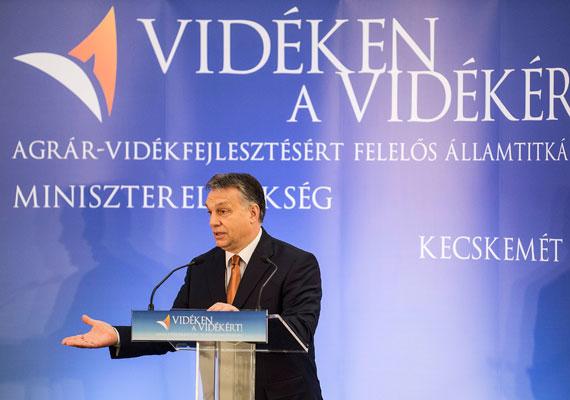 Hivatalosan is átadták az agrár-vidékfejlesztési államtitkárságot Kecskeméten. A szerdai ünnepélyes átadón Orbán Viktor is beszédet mondott, aki egyedi kísérletnek nevezte a közigazgatás ilyen típusú átalakítását, és azt mondta, hogy a vidéknek a fővároséval egyenrangú feladatot kell szánni. A költözést sok államtitkársági dolgozó nem vállalta, ezért más tárcához ment át, vagy felmondott.