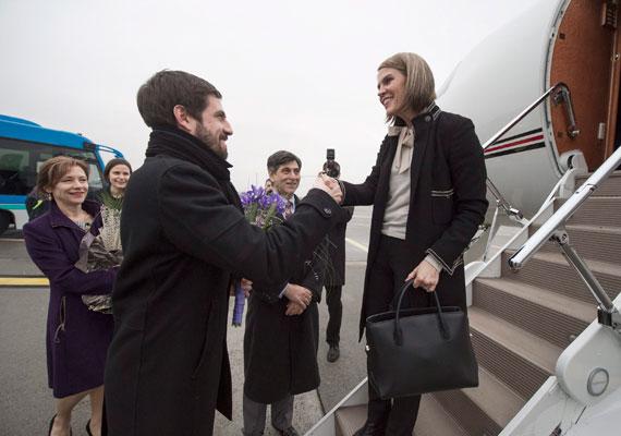 A héten megérkezett Magyarországra az Egyesült Államok új nagykövete, Colleen Bell, akit a reptéren Magyar Levente, a külügy államtitkára fogadott. Bell később találkozott Áder János köztársasági elnökkel, és megkoszorúzta a Hősök emlékkövét a Hősök terén. Az elmúlt időszakban feszültebb lett a viszony Budapest és Washington között, miután több személyt, köztük Vida Ildikó NAV-elnököt is kitiltottak az USA területéről.