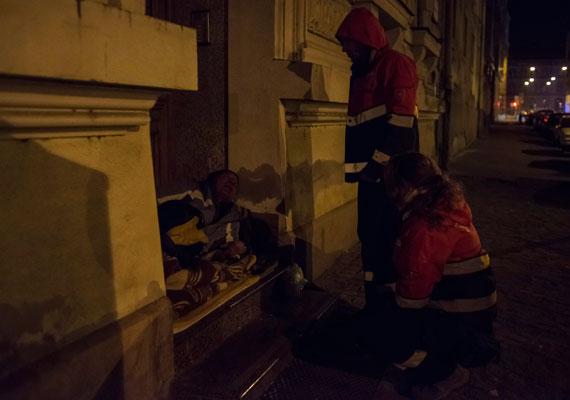 A Kúria törvénysértőnek találta a Fővárosi Önkormányzat azon rendelete mellékletének több pontját, ami a hajléktalanok közterületen tartózkodásáról rendelkezett. A Kúria szerint számos közterület esetében nem világos, milyen védett érték miatt állapították meg a tilalmat. A hajléktalanokat egyes közterületekről kitiltó rendelet 2013 novembere óta van érvényben.
