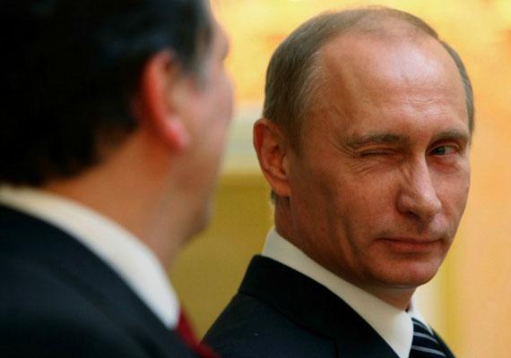 """Kiderült, a vártnál korábban, már február 17-én érkezik """"munkalátogatásra"""" Budapestre Vlagyimir Putyin. Szijjártó Péter a Magyar Rádió 180 perc című műsorában azt mondta, az orosz elnök Orbán Viktor tavaly év eleji moszkvai látogatását viszonozza. A pontos programot nem tudni, de szó lesz politikai és gazdasági kapcsolatokról, illetve egészen biztos, hogy energetikáról, pontosabban gázról, és az új paksi reaktorról is beszélnek majd a felek. Putyin látogatásának idejére már most bejelentettek több tüntetést."""