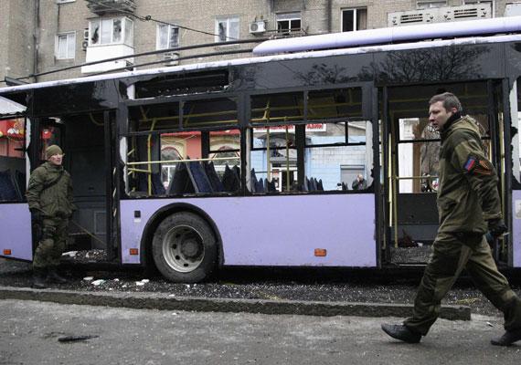 Egy zsúfolt buszmegállóba csapódott gránát a kelet-ukrajnai Donyeckben. A trolira várakozó utasok közül legalább 13-an életüket vesztették, többen megsebesültek. Egy arra járó autó vezetője is meghalt. Egyelőre nem tudni, ki követte el a brutális támadást a civilek ellen, csak annyi ismert, hogy egy teherautó platójáról tüzeltek. A kelet-ukrajnai nagyvárosban tavaly tavasz óta folyamatosak a harcok, a mindennapi élet nehézségeit pont a héten dolgoztuk fel egy képes cikkben.