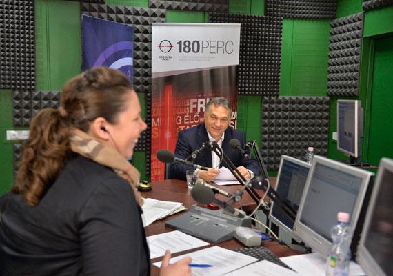 """Orbán Viktor péntek reggel a Kossuth Rádió vendége volt, ahol beszélt a hazai munkanélküliségről is. A foglalkoztatás bővülésével kapcsolatban a kormányfő azt mondta: a magyar emberek dolgozni akarnak, a magyar büszke nép, ha lehetősége van rá, nem akar kegyelemkenyéren élni, hanem a saját munkájából akar megélni. A mostani kormány partnere ebben az embereknek, így ez a """"természetes életösztön"""" azonnal megjavítja a foglalkoztatottsági, munkanélküliségi mutatókat. Azzal kapcsolatban, hogy az Alkotmánybíróság csütörtöki döntése szerint nem alaptörvény-ellenesek az úgynevezett első devizahiteles törvénynek a bíróság által kifogásolt szakaszai, Orbán Viktor úgy fogalmazott: csütörtök este """"jó oka volt sok százezer magyar családnak, hogy pezsgőt bontson""""."""