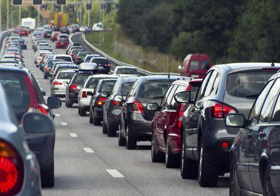A Népszabadság pénteki számában meglepő dolgokat ír a tervezett dugódíjról. A lap szerint amennyiben a BKK teljesíti a rá vonatkozó feladatokat, akkor már januárban bevezethetik a díjat. A körzethatárok a következők lehetnek: Budán a Budafoki út-Október 23. utca-Bocskai út-Karolina út-Villányi út-Budaörsi út-Alkotás utca-Krisztina körút-Margit körút lenne a határ. Pesten a Hungária körút lehet a zónahatár, vagy a főpolgármester által támogatott Nagykörút vonala. A kapus beléptető rendszer kiépítése a lap szerint másfél évet venne igénybe, és amíg ez elkészül, az időarányos díj helyett napijegy jöhet, ami viszont drágább lenne a korábban tervezettnél. 500 forint helyett 700-at kérhetnek el naponta, az éves bérlet 115 ezer forint lehet.