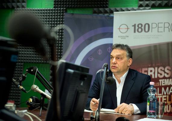 """""""Örülök, hogy jön, szívesen látjuk a jövőben is"""" - mondta Orbán Viktor Vlagyimir Putyin jövő heti látogatásával kapcsolatban a Kossuth Rádióban. A 180 perc riportere megkérdezte Orbánt, mennyiért fogjuk venni a gázt, ha hamarosan lejár az oroszokkal kötött szerződésünk, mire a kormányfő azt mondta, ezt majd csak a tárgyalások után tudja megmondani. A miniszterelnököt a Simicska-botrányról is kérdezték, ám az üzletember nevét egyszer sem mondta ki Orbán. Szerinte az ország érdekeihez képest elenyésző jelentőségű, ki mit mond, és miért nem akar adót fizetni - utalva arra, hogy Simicska érdekeltségeit sújtja majd a reklámadó új szabályozása."""