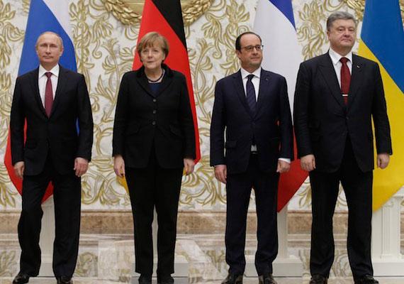 """Maratoni tárgyalások után végül sikerült megállapodniuk az úgynevezett normandiai négyeknek. Petro Porosenko ukrán és Vlagyimir Putyin orosz elnök közt Angela Merkel és François Hollande közvetített, ami csütörtökre megtette hatását. Putyin az éjszakába nyúló tárgyalás után bejelentette, szombat éjféltől tűzszünet lép életbe Kelet-Ukrajnában. A négyek abban egyezetek meg, hogy az ukrán kormányzati erők a jelenlegi frontvonaltól, a délkelet-ukrajnai """"felkelők"""" pedig a tavaly született megállapodásban rögzített vonaltól vonják vissza a nehézfegyvereket."""