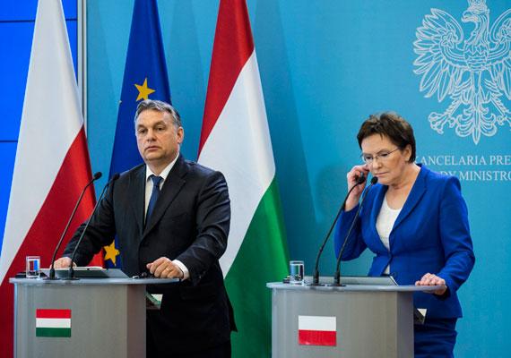 """Orbán Viktor csütörtökön Varsóba látogatott, ahol tárgyalt Ewa Kopacz miniszterelnökkel. A lengyel fél jelezte, nem ért egyet magyar kollégájával az ukrán konfliktust illetően, """"őszinte és nehéz beszélgetést"""" folytattak erről a kérdésről. Orbán biztosította ugyanakkor Kopaczot arrók, hogy a minszki fegyverszüneti megállapodást támogatja Budapest. Az út érdekessége volt, hogy Jarosław Kaczyński, Orbán egykori egyik legnagyobb külföldi támogatója nem akart találkozni a kormányfővel. Egy lengyel lap szerint Orbán meghívását utasított vissza Kaczyński, a magyar kormány szerint azonban nem is volt semmilyen meghívás."""