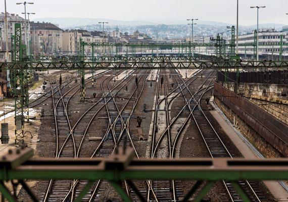 A múlt hétvégén újabb törmelékek potyogtak a sínekre a Déli és a Kelenföldi pályaudvarok között lévő alagút tetejéről, ami miatt a Déli pályaudvart le kellett zárni A héten megtudtuk a MÁV-tól, hogy az egyik legforgalmasabb budapesti pályaudvar még hetekig zárva marad, így több járat kiesik, illetve jelentősen módosul a menetrend. Az alagút végleges helyreállítása még hónapokat vehet igénybe. A MÁV azt is közölte, hogy utasok nem voltak veszélyben a kőomlás miatt.