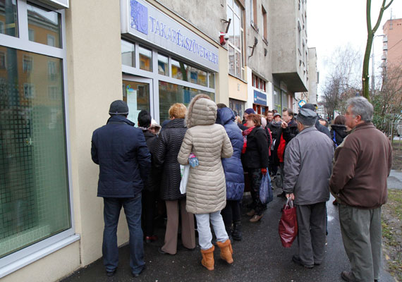 Hétfő este készenléti rendőrök szállták meg a Buda-Cash brókerház fővárosi irodáját. A Magyar Nemzeti Bank tájékoztatása szerint a cég mintegy 100 milliárd forinttal nem tud elszámolni, ezért az irányítást egy felügyelőbiztos vette át, ami miatt az ügyfelek nem férnek hozzá pénzükhöz. A DRB, az ÉRB és a BRB bankok a Buda-Chash-hez köthetők, ezért az MNB 60 ezer forintra limitálta a havonta kivehető összeget. Emiatt a bankok épületei előtt dühös ügyfelek próbáltak hozzájutni legalább ehhez a pénzhez. 15-20 ezer ügyfél lehet érintett, akik most a pénzükért aggódnak.