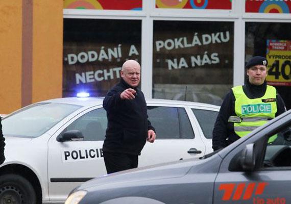 18 emberrel, majd magával is végzett a támadó, aki a csehországi Uhersky Brod egyik éttermében kezdett lövöldözni kedden. A 60 év körüli férfi két fegyverrel lépett be az étterembe ebédidőben, és válogatás nélkül tüzelt. A hatóságok egyből kizárták a terrorcselekmény gyanúját, a férfi valószínűleg mentálisan sérült volt.