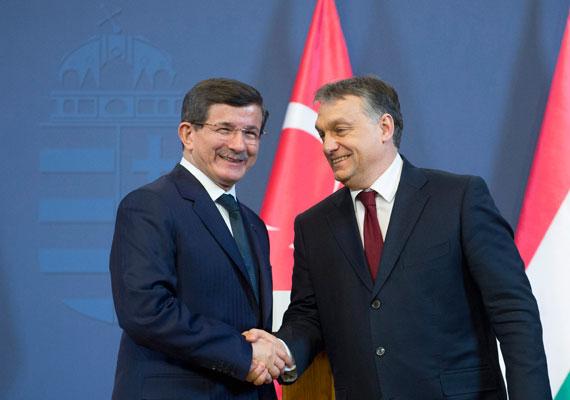 Kedden Budapestre érkezett Ahmet Davutoglu török kormányfő, és Orbán Viktor miniszterelnökkel is találkozott. Kettejük megbeszélésén a gázszállítás volt a fő téma, mivel a meghiúsult Déli Áramlat helyét egy Törökországot átszelő vezeték venné át orosz tervek szerint. A látogatás apropóján beszámoltunk arról, milyen súlyos problémák vannak a török kormány körül, például egyes kormánytagok hogyan vélekednek a nők jogairól.