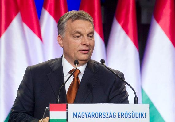 Orbán Viktor 17. évértékelőjét tartotta a Várkert Bazárban pénteken. Orbán először a liberális multikulturalizmust temette, hosszú percekig arról beszélt, hogyan igázhatják le a bevándorlók Európát. A kormányfő szerint a gazdasági sikereink elég erőssé teszik az országot, hogy aktív külpolitikát folytasson. Nehogy úgy járjunk, mint Tigris a Micimackóból, hogy túlzásba vigyük az ugrálást - mondta Orbán arra utalva, hogy óvatos külpolitikát kell folytatni. Mi már 2010-ben abban a jövőben éltünk, ahova a többi európai ország még csak most halad. Bár nő a házasságkötések és a gyerekszületések száma, ez még mindig nem elég - hívta fel a figyelmet Orbán arra, mennyire családbarát a kormány. A foglalkoztatás és a bérek is fantasztikus állapotban vannak a beszéd szerint. Orbán elismerte a vereséget Veszprémben, ami szerinte azt mutatja, minden rendben a demokráciával.