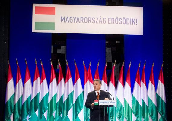 """Egy írásbeli kérdésből derült ki, hogy a kormány 500 millió forintnál is többet költött a """"Magyarország erősödik!"""" kormányzati reklámkampányra. Semjén Zsolt írásbeli válaszából kiderül, hogy a tavaly december közepétől idén január végéig futó kampány ennyi állami pénzt emésztett fel, de a kormányfő helyettese szerint megérte, mivel a felhasznált adatok bizonyítják, hogy összefogással és kemény munkával az ország sikeres lehet."""