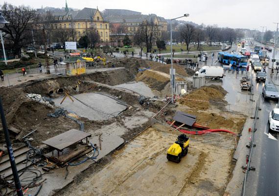 Jobb, ha két hónapig elkerülöd a Nagykörutat a Széll Kálmán tér és a Blaha Lujza tér között. Szombaton kezdődött a Margit híd karbantartása, illetve a budai fonódó villamospálya építése is a híd lábához ért. Emiatt az említett szakaszon a 4-6-os villamos helyett pótlóbuszok járnak. Az autósoknak sem lesz könnyű dolguk, ugyanis a Margit körúton és környékén lezárásokkal és forgalomkorlátozásokkal találkoznak majd.