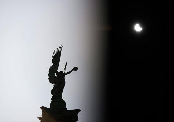 Több különös természeti jelenség is megfigyelhető volt a héten Magyarországon. Kedd éjjel sarki fényt fotóztak az ország északi részén, pénteken pedig részleges napfogyatkozás volt. A tiszta idő miatt tökéletesen lehetett látni, ahogy a Hold a Nap több mint felét eltakarja.