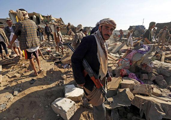 Négy egyiptomi hadihajó kelt át a Szuezi-csatornán útban Jemen felé, hogy szavatolja az Ádeni-öböl biztonságát - közölték csütörtökön tengerészeti források. Történt ez azután, hogy Szaúd-Arábia és öbölbeli szövetségesei korábban a héten hadműveletet indítottak Jemen területén a síita húszi lázadók ellen, akik egyre több várost foglalnak el az arab országban. Nem hivatalosan az Egyesült Államok is támogatja az akciót.