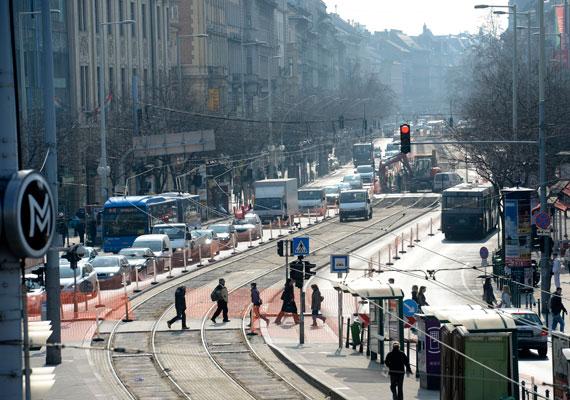 Felborult Budapest közlekedése, miután a már lezárt, és átépítés alatt álló Széll Kálmán tér mellett a körúti villamossínek egy részét is most kezdték el kicserélni. Mivel a fonódó villamoshálózat kiépítése is erre az időszakra esik, Budán nem egyszerű ezekben a hetekben a közlekedés. A vidékről a fővárosba tartók dolgát a Budaörsi út felújítása nehezíti meg. Tarlós István szerint szükségesek a munkálatok, de mindenesetre elnézést kért a budapestiektől a felfordulás miatt.