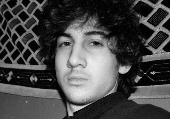 Megkezdődött a bostoni robbantóként elhíresült Dzsohar Carnajev pere az Egyesült Államokban. A 21 éves fiatalember ügyvédje elismerte, hogy védence részt vett a maratonon elkövetett merényletben, ám csak segítőként, ugyanis szerinte a Carnajev bátyja volt a felbujtó. Az ügyészség azonban más véleményen van, szerintük a fiatalabb testvér is a radikális iszlám követője, és így akart bosszút állni az USA-n. A szinte pontosan két évvel ezelőtt elkövetett merényletért - amelyben hárman meghaltak és több százan megsérültek - Carnajevet akár halálra is ítélhetik.