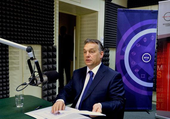"""Míg az előző négyéves ciklus belpolitikai értelemben aránylag kényelmes volt, addig a mostani négy év """"sokkal inkább tele lesz belpolitikai harcokkal"""", amelyekbe """"bele kell állni"""" - mondta Orbán Viktor vasárnapi rádióinterjújában. A veszprémi eredményt úgy értékelte, szavazóik egy része nem elégedett velük, aminek egyrészt az lehet az oka, hogy valószínűleg több egyeztetést, lassabb döntéseket várnak, másrészt """"nem vettük föl a kesztyűt"""", a fideszes választók vélhetően úgy látják, """"nem harcolunk elég jól"""". A Buda-Cash-ügyre rátérve Orbán Viktor szorgalmazta: sürgősen körül kell nézni az összes brókercégnél, mindent ellenőrizni kell, és """"ki kell takarítani ezt az istállót""""."""
