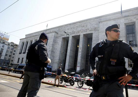 Csütörtökön egy milánói bíróságon kezdett lövöldözni egy férfi, aki négy embert megölt. A hatóságok később elfogták a menekülő 57 éves lövöldözőt, aki gyanúsított volt egy cég csődeljárási ügyében. Rejtély, hogy jutott be a szigorúan őrzött épületbe a támadó, fegyverrel a táskájában. Az áldozatok közt van az ügyet tárgyaló bíró is.