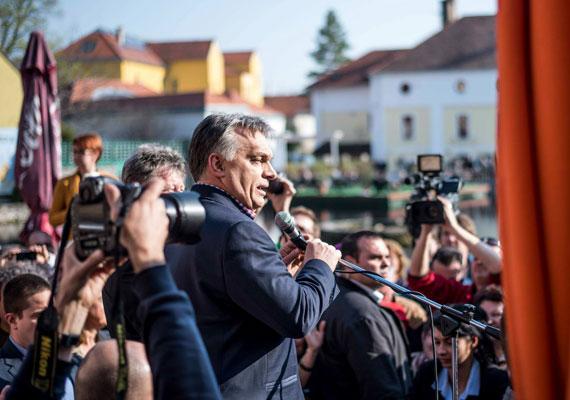 Ha a Fidesz-KDNP jelöltje nyeri a tapolcai időközi parlamenti választást, folytatni fogjuk a sikertörténetet - ígérte Orbán Viktor pénteken a Kossuth Rádióban. Csütörtökön szokatlan módon személyesen utazott a választókörzetbe, hogy spontán gyűléseken kampányoljon a kormánypárti jelölt mellett, a győzelem valószínűleg nagyon fontos a kormányfő számára. Az előzetese felmérések szerint az MSZP-DK, a Jobbik és a Fidesz-KDNP által támogatott jelöltek fej-fej mellett állnak a tapolcai körzetben.