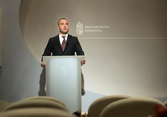 Az Európai Bizottság megállapítása szerint nem megfelelő gyakorlattal pályáztatták meg az uniós pénzeket 2007 és 2014 között, ezért felfüggesztenek egy 700 milliárd forintos programot. A program innovációra, gazdaságfejlesztésre és üzletiinfrastruktúra-fejlesztésre vonatkozik, így ezek utólagos kifizetését zárolhatják. A hírt bejelentő Csepreghy Nándor államtitkár azt is elmondta, hogy a helyzet tisztázása után 10%-os - tehát 70 milliárd forintos - büntetéssel kell az országnak számolnia. A kormány álláspontja szerint ez még a Gyurcsány-kormányok alatt kialakított rendszer hibája, bár igaz, hogy a kormány négy év alatt nem változtatott ezen.