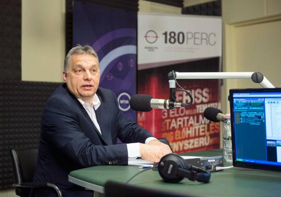 """Orbán Viktor a Kossuth Rádió vendége volt pénteken, ahol többek közt kikelt a menekültek ellen, akikre szerinte semmi szükség az EU-ban - ezt a Földközi-tengeren történt múlt heti menekültkatasztrófa miatt összehívott csúcs kapcsán mondta el. Orbán szerint mindenki léphet egyet előre a jövő évi büdzsé tervezete szerint, ami hamarosan a parlament elé kerülhet, azonban, mint fogalmazott, """"nem lesz kolbászból a kerítés"""". Azt is elmondta, hogy 2019-re 3% alá szorítják a munkanélküliséget, ami már megfelel a teljes foglalkoztatottságnak."""