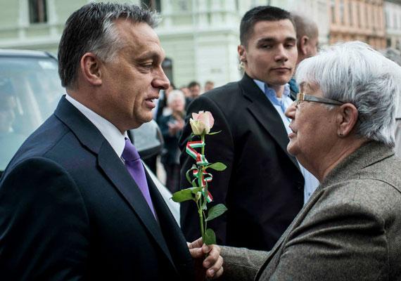 """Orbán a hét eleji pécsi látogatása alkalmával kijelentette, """"napirenden kell tartani a halálbüntetést"""". Ez arról juthatott a miniszterelnök eszébe, hogy a múlt héten meggyilkoltak egy kaposvári trafikos eladót, aki a dohánytörvény előírásai szerinti elsötétített üzlethelyiségben dolgozott. Később Rogán Antal is azt mondta, hogy érdemes beszélni a büntetésről, holott nemzetközi egyezmények sora tiltja, hogy Magyarország bevezesse azt. Lázár János egyenesen a halálbüntetés hívének vallotta magát. Az Európai Unió és a nyugat-európai sajtó is élesen kritizálta Orbán kijelentését. A KDNP-s Rétvári Bence viszont egyértelműen leszögezte, hogy ellenzi a halálbüntetést."""