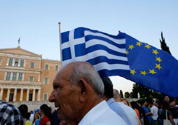 Hétfőig meghosszabbították a görögországi bankfiókok zárva tartását, és a napi 60 eurós készpénzfelvételi limit is életben marad - ezt az ország pénzügyminisztériuma közölte. Az ország sorsa a mai csúcson dől el végleg - legalábbis ezúttal biztosra ígérik a végleges megállapodást a felek. A múlt vasárnapi népszavazás - ahol elsöprő többség mondott nemet a megszorításokon alapuló megállapodásra - után már az IMF is megengedőbbnek tűnik, így van esély arra, hogy minden fél számára megnyugtató megállapodás szülessen.