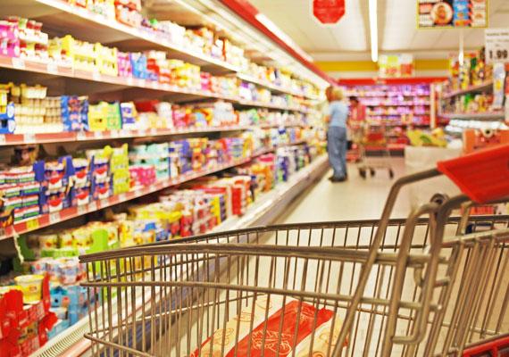 Komoly vitát gerjesztett az, hogy egyes Balaton-parti boltok piaccá nyilváníttatták magukat a helyi jegyzőnél, hogy vasárnap is nyitva tarthassanak. Az esettel kapcsolatban a CBA Magyarország üzent is partnereinek, és kizárással fenyegette azokat, akik nem a jogszabályoknak megfelelően járnak el. Két településen is kaptak 1000, illetve 1400 négyzetméteres - tehát a törvény hatálya alá eső - boltok engedélyt a jegyzőtől, ám az egyiknél a piacra például egyetlen málnaárusító stand utal. A jegyzők szerint ha a kérelem megfelel a törvényeknek, nem mérlegelhetnek, ki kell adniuk az engedélyt.
