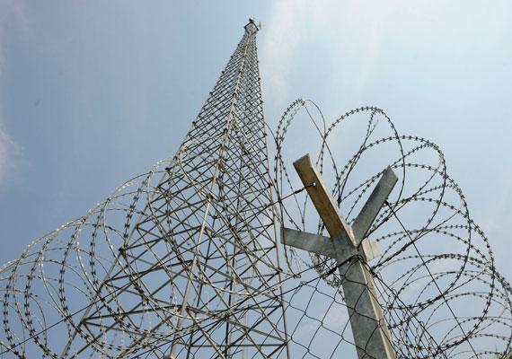 Újabb részletek derültek ki a szerb határra építeni tervezett kerítéssel kapcsolatban. A kerítés részben magánterületen épül majd meg, ezért a kormány fizetni fog a tulajdonosoknak. Kétféle határzár épül majd, egy három méter magas kerítés, illetve egyes szakaszokon csak szögesdrót. Közben kiderült, Magyarország volt az egyetlen az uniós államok közül, amely egyetlen menekült befogadására sem tett ígéretet. Az EU-ban több mint 54 ezer menekültet osztanak szét.