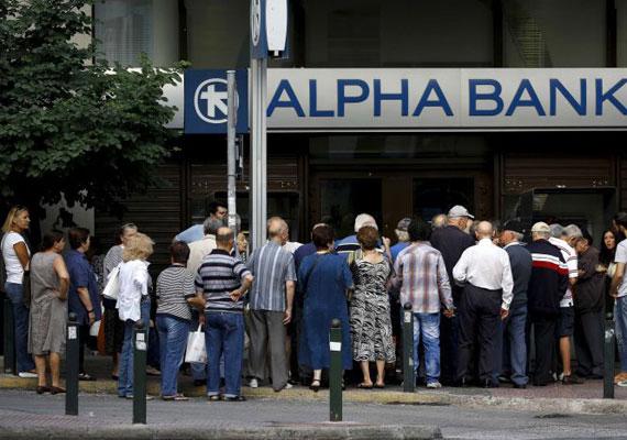 Ma szavaznak Görögországban arról, hogy a kormány elfogadja-e az EU és az IMF ajánlatát, ami Alexisz Tsziprasz kormánya szerint a megszorítások folytatásával lenne egyenlő. Angela Merkel a hét közepén már arról beszélt, hogy nem kell mindenáron megállapodni. Közben Görögország a kedd éjféli határidőig nem törlesztette az IMF felé az esedékes tartozását, így gyakorlatilag csődhelyzetbe került az ország. A bankok továbbra is csak a bankkártyával nem rendelkező nyugdíjasok előtt nyitnak ki, az automatákból pedig napi legfeljebb 60 eurót lehet kivenni egy számláról.